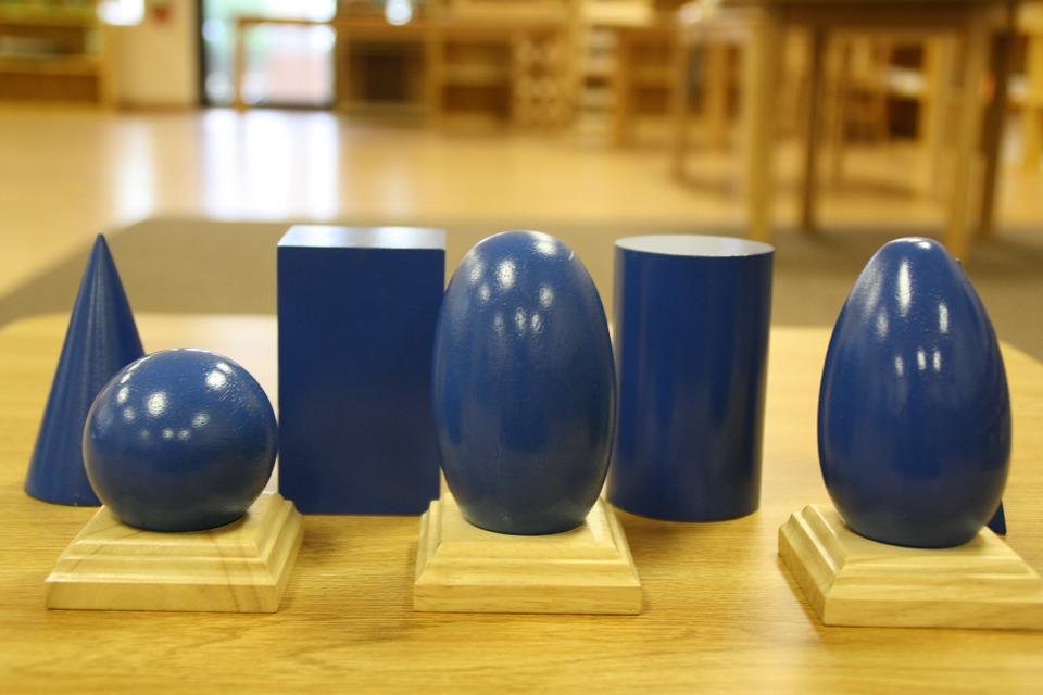 Apprendre par le jeu et l'expérimentation, le pari Montessori