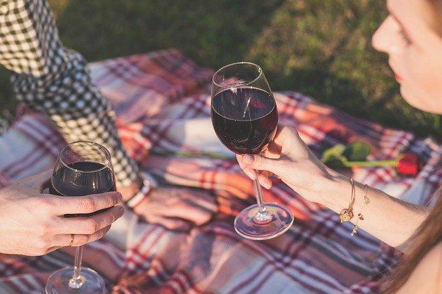 un pique nique digne de ce nom avec un verre de vin